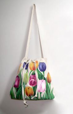 bolsos de tela pintados a mano - Buscar con Google Painted Bags, Hand Painted, Diy Tote Bag, Jute Bags, Fabric Painting, Handmade Bags, Beautiful Bags, Clutch Purse, Bucket Bag