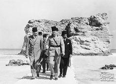 الملك فاروق علي شاطئ كليو باترا في مرسي مطروح سنة 1940 ..