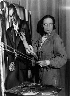 The Art Deco era's famous artist: Tamara de Lempicka painting a portrait of her first husband Tadeusz Lempicki, Photographer: Thérèse Bonney; colorized by painters-in-color Art Deco Artists, Art Deco Paintings, Artist Art, Artist At Work, Artist Painting, Famous Artists, Great Artists, Pinturas Art Deco, Tamara Lempicka