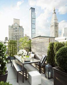 moderne Dachterrasse in New York mit Blick auf die Stadt