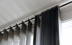 Esta instalación de verticales y enrollables Bandalux en Ciudad Jardín te servirá de inspiración para vestir tus grandes ventanales.