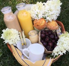 Bring Your Basket Pack an Easy Breakfast Picnic - Breakfast Picnic, Breakfast On The Beach, Breakfast Basket, Charcuterie Picnic, Comida Picnic, Healthy Picnic Foods, Mothers Day Brunch, Food Inspiration, Picnic Ideas