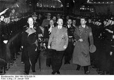 8000 Arbeiter feiern mit dem Führer die Einweihung der neuen Reichskanzlei. Der Führer trifft im Sportpalast ein.Berlin.- Feierliche Veranstaltung im Sportpalast für Bauarbeiter anlässlich der Einweihung der Neuen Reichskanzlei. Eintreffen Adolf Hitlers (Mitte), links Lammers, rechts von Hitler Albert Speer, 2. Reihe links hinter Hitler Otto Meißner