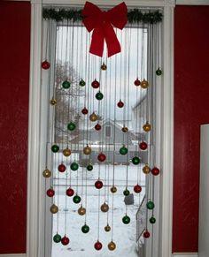 décoration fenêtre  et porte pour Noël avec noeud rouge et boules multicolores