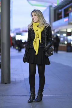 Meia calça + saia rodada + blusa linha preta + cachecol color + coturno