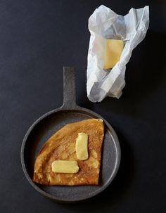 C'est la Chandeleur! L'occasion de demander à la haute crêperie parisienne Breizh Café de partager sa recette de galette au sucre plus que parfaite. A suivre pas à pas.