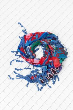 Find the perfect foulard for your style: red, pink and blue with different tassels is one of our colorful options.