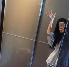 Image shared by Nguyet Thanh. Find images and videos about girl on We Heart It - the app to get lost in what you love. Ulzzang Korean Girl, Cute Korean Girl, Asian Girl, Cute Girl Photo, Girl Photo Poses, Girl Photos, Girls Mirror, Uzzlang Girl, Insta Photo Ideas