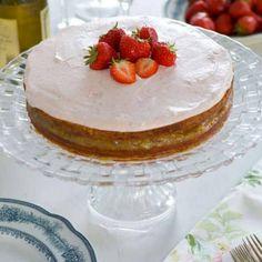 Kardemummatårta med rabarberkompott och jordgubbsgrädde