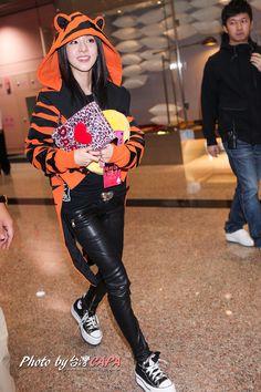 [031116 ©BM] Dara from 2NE1 at Taoyuan Airport, Taiwan.
