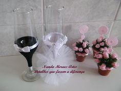 Taças customizadas com trajes de noivos