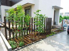 スリットフェンスと植栽で上手に目隠し。のびのび過ごせる芝生のプライベートガーデンに|千葉県匝瑳市|植木・庭木販売・植栽・ガーデン工事|株式会社角田園 Lords Supper, Garden Fencing, Fence Design, Outdoor Landscaping, Pretty Good, Ideal Home, My House, Castle, Exterior