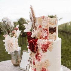 Look at this amazing weddingcake of @gardenofsweets during our styled vineyard shoot!!   Fotografie // @wickiefotografie  Locatie // @betuws_wijndomein  #weddingplanner #ceremoniemeester #bruiloftplanning #liefde #wedding #huwelijk #bruiloft #love #bruid #bruidspaar #bruidegom #weddingtime #trouwen #trouwplannen #trouwenin2019 #trouwenin2020 #trouwtrends #vertrouwdmetanne #weddingcouple #weddingideas #weddinginspiration #bruiloftinspiratie#styledshoot #styledweddingshoot #betuwswijndomein # Wedding Planners, Weddingideas, How To Plan, Amazing, Wedding Planer