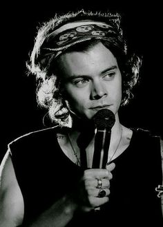 That's me waiting for gucci campaign with Harry Harry Styles Eyes, Harry Styles Pictures, Harry Edward Styles, Harry Styles 2013, Harry Styles Bandana, Gucci Campaign, Bb Style, Harry 1d, Harry Styles Wallpaper