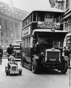 A bus and a midget car in a London street. (Photo by Fox Photos/Getty Images). Circa 1928