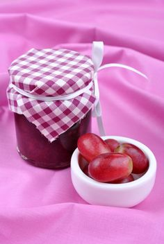 Concords are the grapes most strongly associated with childhood treats - grape flavored ice pops, lollipops and Welch's grape juice – they all have a di. Concord Grape Jelly, Grape Jam, Homemade Jelly, Homemade Sauce, Jam Recipes, Canning Recipes, Marmelade Recipe, Flavor Ice Pops, Chutney