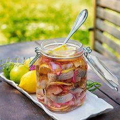 Citrussill | Prova en syrlig inläggning med skivad lime och citron. Det ger en pigg sommarsill. Inspirationen till receptet är hämtat från spanska boquerones, minus chilin.