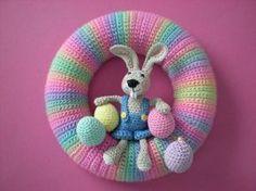 600 x 600Süsser Osterkranz ,begrüßt und erfreut Besucher mit seinen freundlichen farben ! Machen Sie doch einen Besuch auf crazypatterns.net ,es gibt da viel zu sehen!!! Crochet Easter, Easter Crochet Patterns, Crotchet Patterns, Holiday Crochet, Crochet For Kids, Crochet Toys, Crochet Wreath, Crochet Rabbit, Diy Ostern