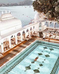 The Taj Lake Palace in Udaipur might really be the most romantic hotel in the world. This luxurious and stylish property is set literally in the middle of Lake Pichola. Oh The Places You'll Go, Places To Travel, Travel Destinations, Travel Tips, Wanderlust Travel, Beautiful Hotels, Beautiful Places, Beautiful Ocean, Pool Bad