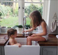 bain de pieds dans l'évier en faîence !