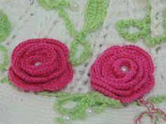 Flor em crochê - Flor de Crochê Básica www.crochefacil.com.br Vídeo aula passo a passo ensinando a fazer uma linda flor de crochê. Essa flor de crochê é muit...