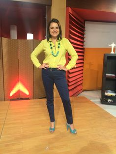 Camisa color pistacho, pantalón azul y zapatos color turquesa. Accesorios: collar largo turquesa.