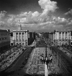 Plac Konstytucji, Warszawa, 1954, Zbyszko Siemaszko/FORUM., fot. Dom Spotkań z Historią Karl Marx, Travel Goals, Old Photos, Poland, Paris Skyline, City, Places, Dom, Buildings