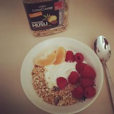 #goodmorning#breakfast#müsli#lowcarb#yogurt#himbeeren#mandarine#healthy by sans.scrupules