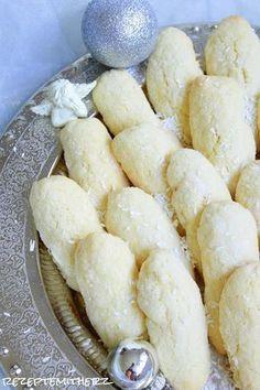 Gebäck mit Kokosnuss. Sooo lecker ! Diese Kokosnuss Finger sind herrlich zart. Ihr benötigt für ca. 60 Stück: ♡ 250 g weiche Butter ♡ 200 g Zucker ♡ 2 Eier ♡ 60 g Milch ♡ 450 g mehl ♡…