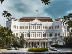 The iconic Raffles hotel. My Favourite hotel in world. Singapore Sling in the hotel's famous Long Bar . Singapore Sling, Singapore Singapore, Singapore Sights, Singapore Exchange, Singapore Travel, Piscina Hotel, Bali Holidays, Luxury Holidays, Les Continents