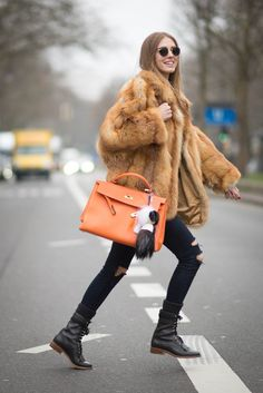 Chiara Ferragni is wearing a vintage fur coat a bag from Fendi pants from Jbrand and shoes from Chanel is seen at the Mercedes-Benz Fashion Week Berlin Autumn/Winter at Brandenburg Gate on January 2015 in Berlin, Germany. The Blonde Salad, Fur Fashion, Look Fashion, Winter Fashion, Winter Stil, Vintage Coat, Lookbook, Jean Outfits, Karl Lagerfeld