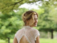 Want to show off the back details of your wedding dress? Wear a natural loose up do that doesn´t take attention away from the dress