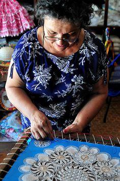 Artesana de Itauguá by ZeNoura, via Flickr Making Nanduti lace