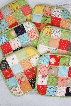 How to Make a Quilted Potholder: A Step by Step Tutorial | A Quilting Life Charm Pack Quilt Patterns, Potholder Patterns, Crochet Patterns, Small Quilts, Mini Quilts, Sewing Crafts, Sewing Projects, Sewing Ideas, Diy Crafts