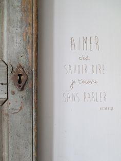 """Citation de Victor Hugo """"Aimer c'est Savoir Dire Je t'Aime Sans Parler"""" remise au goût du jour en version sticker, à coller sur un mur, une porte ancienne, un plateau, un miroir...C..."""