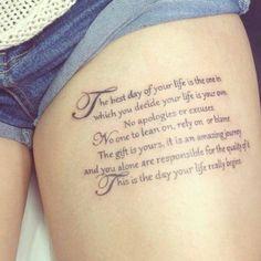 """Pequeño tatuaje que dice """"El mejor día de tu vida es aquel en el que decides que tu vida es tuya. Sin disculpas ni excusas. Nadie para apoyarte, confiar o culpar. El regalo es tuyo. Es un viaje increíble y tú eres el único responsable de la calidad de este. Este es el día en el que tu vida comienza de verdad"""". Frase de Bob Moawad."""