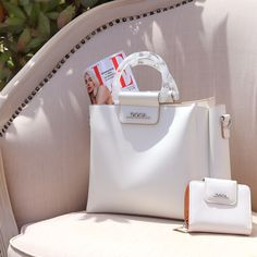 Handbag in white with plastic handle and adjustable/detachable strap Brown Backpacks, Blue Handbags, White Handbag, Wooden Handles, Pu Leather, Dust Bag, Floral Prints, Spring Summer, Plastic