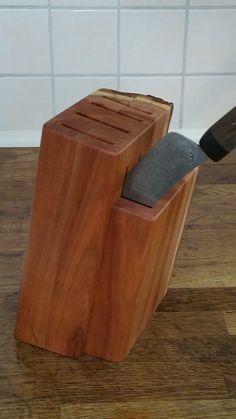Messerblock, hergestellt aus dem Stamm eines abgelagerten Obstbaums