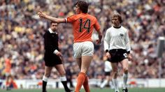 Johan Cruyff World Cup 74 Football Design, Football Kits, Football Soccer, Sports Marketing, International Football, National Football Teams, World Cup Final, Vintage Football, Fitness Studio