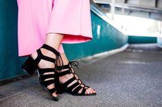 Combo mode chic : sandales noires à brides et lacets tendances + pantalon large rose >> http://www.taaora.fr/blog/post/sandales-minelli-noires-cuir-velours-brides-lacets-avec-pantalon-rose-large-pedicure-rouge-look-chic-feminin