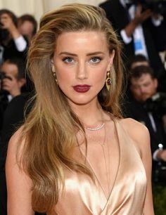 abend make up ideen elegant und präzis schminke kombiniert mit dem outfit und den schmuck in goldener farbe