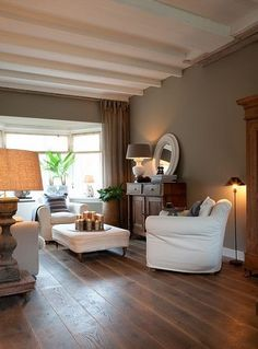 The taupe color inspires the decor of the whole house! The taupe color inspires the decor of the whole house! The taupe color inspires the decor of the whole house! Style At Home, Murs Taupe, Deco Cool, Taupe Walls, Dark Walls, Salons Cosy, Living Spaces, Living Room, Interior Decorating