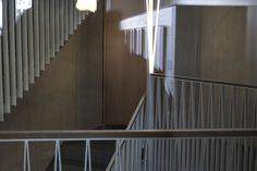 Treppenhaus mit schiefen Stahlstaketen und schrägen trapezförmigen Leuchten, Genossenschaftssiedlung BDZ, gebaut von pool Architekten(2015), Hönggerstrasse 71,8037 Zürich,Schweiz #Metall #architektur #architecture #Metall