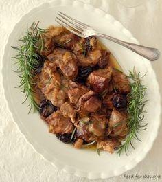 Χοιρινή τηγανιά με πράσα και δαμάσκηνα. http://laxtaristessyntages.blogspot.gr/2015/03/xoirini-tigania-me-prasa-kai-damaskina.html