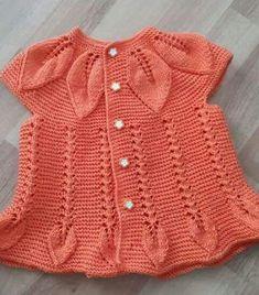 Rüschenröcke-Blätter-Babyweste – Emine – Join the world of pin Knit Baby Dress, Baby Cardigan, Baby Bolero, Diy Crafts Dress, Frilly Skirt, Vest Pattern, Baby Sweaters, Baby Knitting Patterns, Crochet Baby