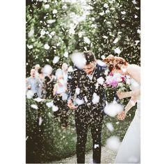 Escolham muito bem qual chuva terão no casamento: pétalas, arroz, bolhas de sabão e etc.  Cada uma delas dá um efeito diferente na fotografia do grande dia.  Particularmente, gosto de misturar formas, cores e texturas. Então optaria por uma chuva de pétalas + chuva de arroz. Fica tão lindo! 📷 Serena Cevenini Photography  #casarei #casamento #cerimônia #wedding