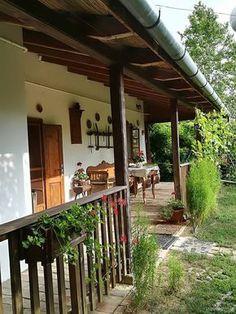 Tornácos Guesthouse Tiszaszentimre — Travelminit.com Pergola With Roof, Pergola Patio, Diy Patio, Small Pergola, Covered Pergola, Pergola Ideas, Patio Ideas, Village House Design, Village Houses