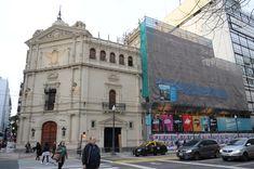 El Cervantes sin andamios luego de siete años oculto en Córdoba y Libertad. Todavía quedan algunos sobre avenida Córdoba, que serán retirados entre septiembre y octubre. Foto: Silvana Boemo.