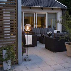 Wow! Vilken trevlig golvlampa för utomhusbruk, eller vad säger ni? Ger en ombonad känsla på altanen där hemma och förlänger trevliga kvällar med sitt ljus😍 Lounge Lighting, Outdoor Lighting, Outdoor Decor, Lighting Ideas, Lighting Online, Aluminium, Outdoor Furniture Sets, Exterior, Patio