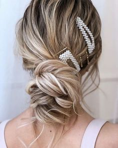 Loose updo with pearl hair clips Clip Hairstyles, Prom Hairstyles For Long Hair, Wedding Hairstyles, Teenage Hairstyles, Hairstyles Videos, Hairdos, Bridal Bun, Loose Updo, Modelos Fashion